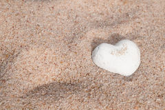 Coração branco bonito do escudo na areia Foto de Stock Royalty Free