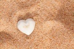 Coração branco bonito do escudo na areia Imagem de Stock Royalty Free