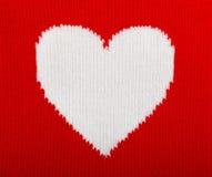 Coração branco feito malha no vermelho Fotografia de Stock