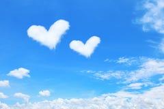 coração branco nuvens dadas forma no céu azul Imagem de Stock Royalty Free