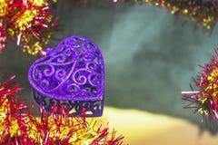 Coração a céu aberto com ouropel do Natal em um fundo do espelho imagem de stock royalty free