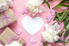 Coração-cartão vazio com peônias, as caixas de presente e o decorativo brancos Imagem de Stock Royalty Free