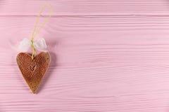 Coração cerâmico em um fundo de madeira Imagens de Stock