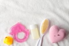 Coração colocado liso do rosa da foto da beleza, garrafa do sabão líquido e brinquedo amarelo do bebê do pato em um fundo branco  foto de stock