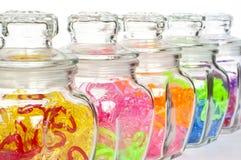 Coração colorido nos frascos de vidro. fotos de stock