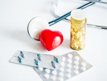 Coração com blocos do estetoscópio e das tabuletas Foto de Stock