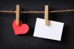 Coração com suspensão vazia do cartaz Foto de Stock Royalty Free