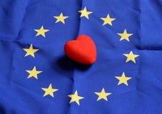 Coração com textura da bandeira de Europa em um fundo azul o 1º de novembro de 2014 Fotografia de Stock