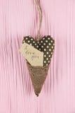 Coração com uma inscrição em um fundo cor-de-rosa Imagens de Stock Royalty Free