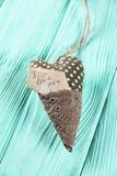 Coração com uma inscrição em um fundo de madeira fotografia de stock royalty free