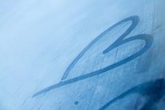 Coração congelado à mão tiragem ou pescadas no fundo da janela de Imagem de Stock