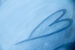 Coração congelado à mão tiragem ou pescadas no fundo da janela de Imagens de Stock
