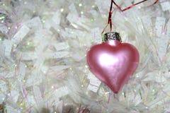 Coração cor-de-rosa e festão branca foto de stock