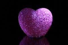 Coração cor-de-rosa no preto Fotos de Stock Royalty Free