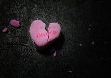 Coração cor-de-rosa quebrado do divórcio fotos de stock