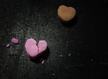 Coração cor-de-rosa rachado dos doces imagens de stock