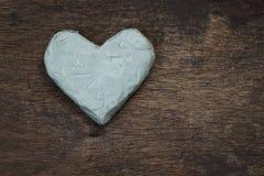 Coração da argila na superfície de madeira Fotos de Stock