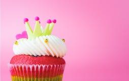Coração da coroa do rei Cupcake no fundo cor-de-rosa imagem de stock royalty free