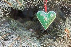 Coração da decoração do ferro do metal com ornamento rústicos Conceito para o inverno, Natal, ano novo, decoração do pinheiro Fro imagem de stock royalty free