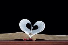 Coração da faixa da Bíblia e do ouro do casamento Foto de Stock Royalty Free