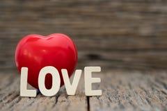 Coração da imagem-Um e palavra do amor no fundo de madeira Dia de Valentim do espaço da cópia imagem de stock royalty free