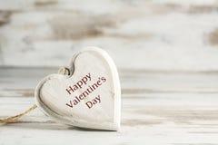 Coração da madeira contra um fundo de madeira branco, conceito w do amor Foto de Stock Royalty Free