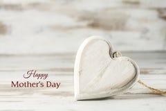 Coração da madeira contra um fundo de madeira branco, conceito w do amor Imagem de Stock Royalty Free