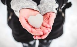 Coração da neve nas mãos Imagem de Stock