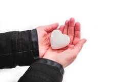 Coração da neve nas mãos Imagens de Stock Royalty Free