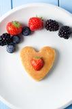 Coração da panqueca da morango Fotos de Stock