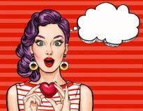 Coração da posse da mulher do pop art com bolha do pensamento Foto de Stock Royalty Free