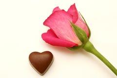 Coração da rosa e do chocolate da cor-de-rosa Foto de Stock Royalty Free