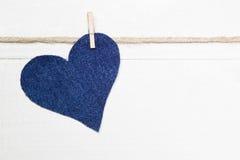 Coração da sarja de Nimes que pendura na corda Fotos de Stock Royalty Free