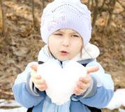 Coração da terra arrendada da menina fotografia de stock royalty free
