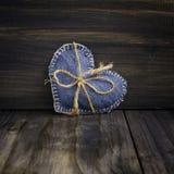 Coração das calças de brim no fundo de madeira Fotos de Stock Royalty Free