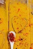 Coração das especiarias e dos temperos Colher branca com açafrão no fundo do caril Vária seleção closeup Copie o espaço Amor Foto de Stock