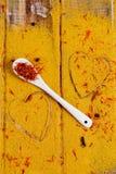 Coração das especiarias e dos temperos Colher branca com açafrão no fundo do caril Vária seleção closeup Copie o espaço Amor Imagem de Stock