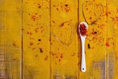 Coração das especiarias e dos temperos Colher branca com açafrão no fundo do caril Vária seleção closeup Copie o espaço Amor Foto de Stock Royalty Free