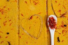 Coração das especiarias e dos temperos Colher branca com açafrão no fundo do caril Vária seleção closeup Copie o espaço Amor Fotografia de Stock Royalty Free