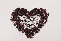 Coração das pétalas do chá do karkade isoladas no fundo branco para a mistura com água quente para beber imagens de stock royalty free