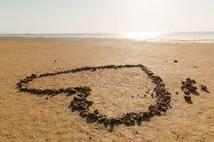 Coração das pedras na costa de mar Fotografia de Stock Royalty Free