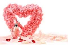 Coração das rosas com frasco de perfume Fotografia de Stock Royalty Free