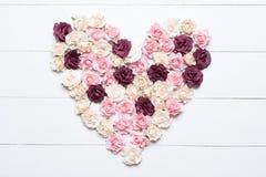 Coração das rosas sobre a tabela de madeira branca Foto de Stock Royalty Free