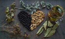 Coração de cerejas secadas, de porcas e das folhas secadas do chá, vista superior imagens de stock royalty free