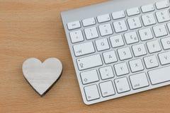 Coração de madeira ao lado do teclado Foto de Stock Royalty Free