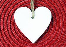 Coração de madeira branco decorativo no guardanapo vermelho da palha com espaço da cópia fotos de stock royalty free