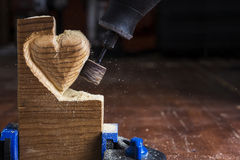 Coração de madeira de lixamento Fotografia de Stock