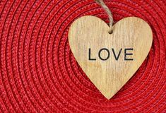 Coração de madeira decorativo no guardanapo vermelho da palha com espaço da cópia Conceito do dia ou do amor do ` s do Valentim d Fotografia de Stock