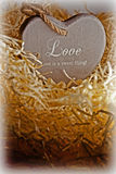 Coração de madeira do amor de Brown em um ninho de amor Imagens de Stock