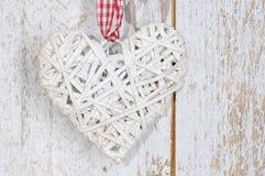 Coração de madeira do brinquedo do Natal no fundo de madeira Fotografia de Stock
